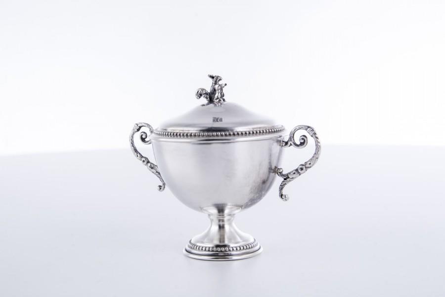 Cukiernica kryta z wiewiórką, srebrna, Włochy – modernistyczna.