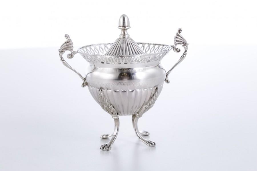 Cukiernica kryta z ażurowym kołnierzem, srebrna, Włochy – postmodernistyczna.