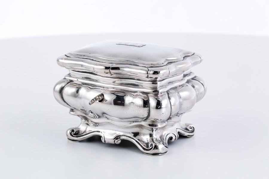 Cukiernica kryta, szkatuła na  kluczyk, srebrna, złocona od środka, Niemcy – neobarokowa