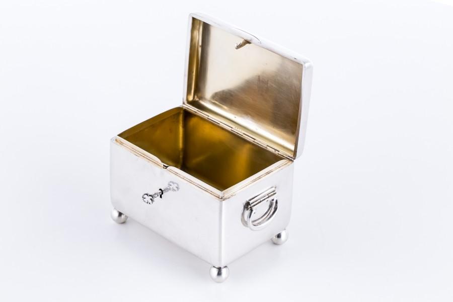 Cukiernica skrzynkowa zamykana  na kluczyk, srebrna, złocona Austro-Węgry - klasycystyczna.