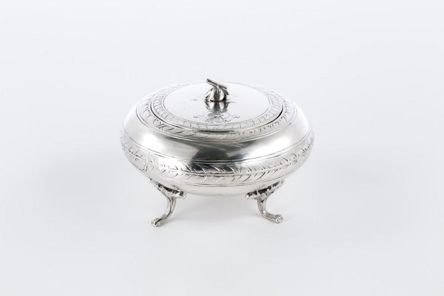 Cukiernica kryta, męska, gabinetowa, angielska,  srebrna – modernistyczna.
