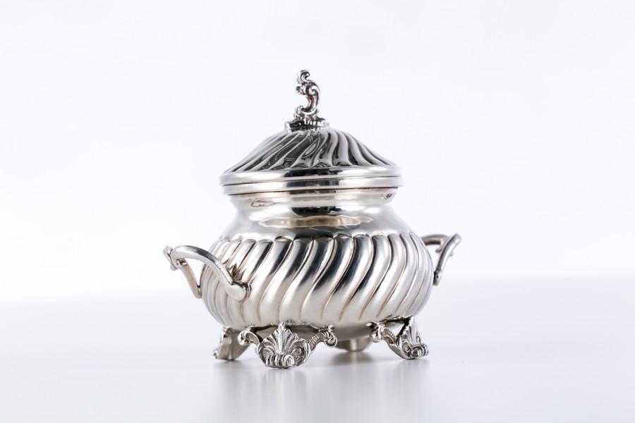 Cukiernica Gozetta kryta, filigranowa, srebrna, Włochy – postmodernistyczna