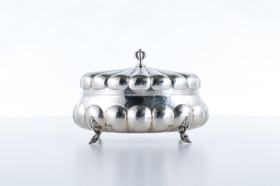 Cukiernica Greggio Rino, z pokrywką na zawiasach, srebrna, Włochy – neobarokowa