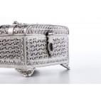 Szkatułka skrzynkowa ażurowa, do zamknięcia na kłódeczkę, srebrna – sztuka świata.