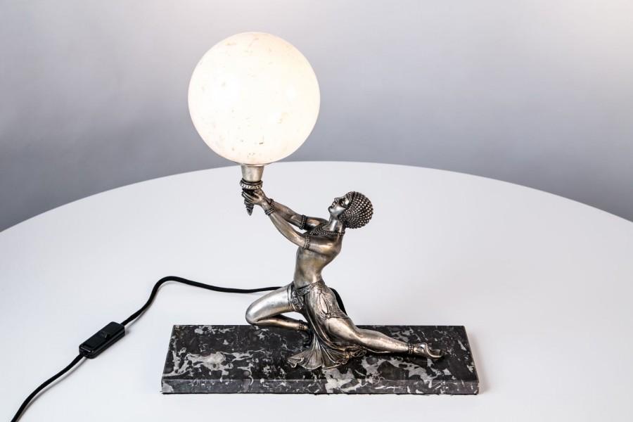 Lampka tancerka egipska z pochodnią, plater, na wzór D.Chiparus, Francja – Art Deco
