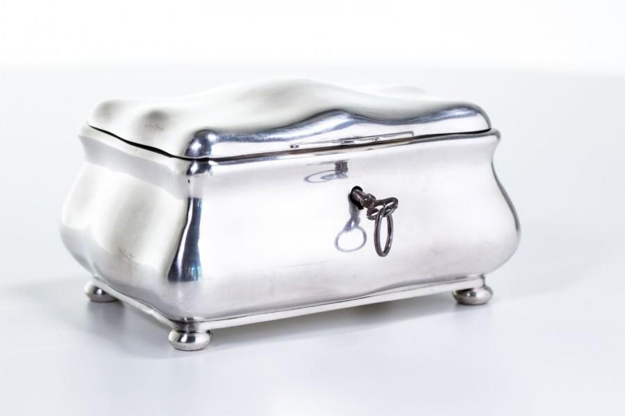 Cukiernica kryta typu szkatuła zamykana na kluczyk, srebrna, Niemcy – neobarokowa.