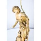 Lampa figuralna antycznego młodzieńca z harfą i abażurem w jedwabiu – klasycystyczna.