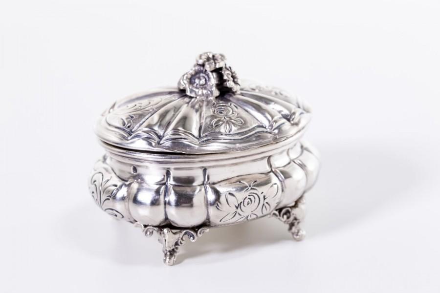 Puzderko kryte na bibeloty, bogata stylistyka, Włochy srebrne – postmodernistyczne.