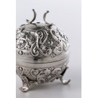 Szkatułka / puzderko kuliste, pięknie zdobione, Anglia, srebrne – neorokokowe.